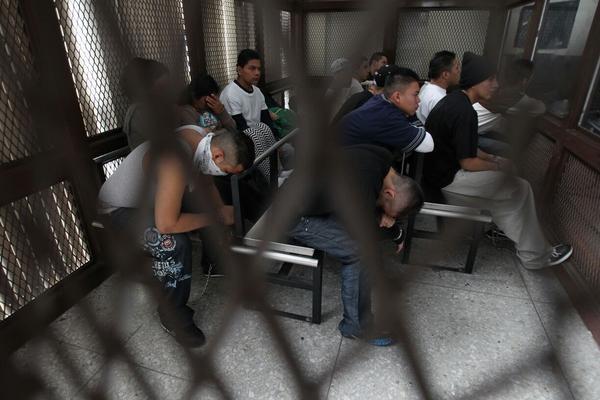 <p>La seguridad en la Torre de Tribunales fue reforzada por la presencia de los pandilleros. (Foto Prensa Libre: P. Raquec) <br></p>