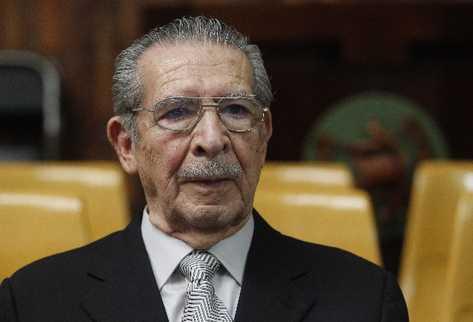 El ex militar José Efraín Ríos Montt está a la espera de resolver su situación legal, luego que su defensa solicitó amnistía para este. (Foto Prensa Libre: Archivo)