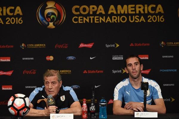 Óscar Tabárez y Diego Godín en la conferencia de prensa previo al juego contra México. (Foto Prensa Libre: AFP)