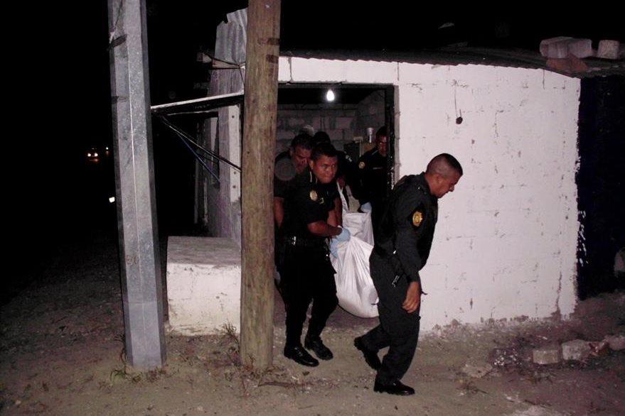 Los cadáveres de una pareja, localizados en Sanarate, El Progreso, son trasladados a la morgue por las fuerzas de seguridad. (Foto Prensa Libre: Héctor Contreras)