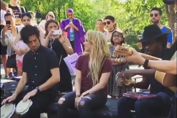 Shakira interpreta una versión acústica de su tema Chantaje en el parque Washington Square, Manhattan, Nueva York. (Foto Prensa Libre: Twitter)