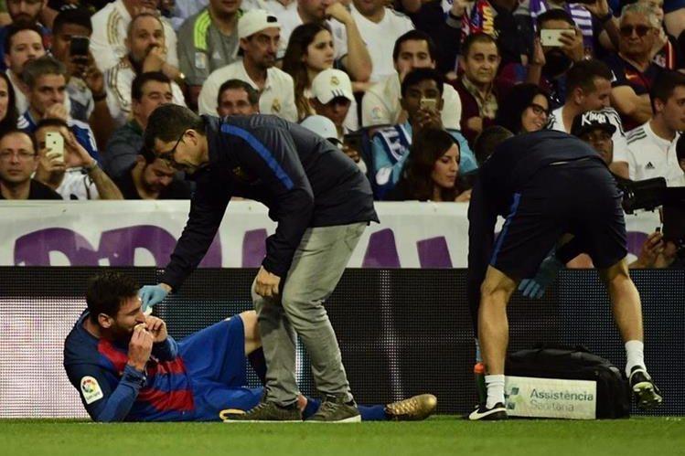 Leo Messi volvió a sufrir un fuerte golpe, en esta ocasión, contra el Real Madrid. (Foto Prensa Libre: AFP)