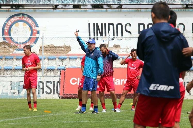 El técnico mexicano Rafael Loredo dirige el entrenamiento de Xelajú en el estadio Mario Camposeco. (Foto Prensa Libre: Carlos Ventura)
