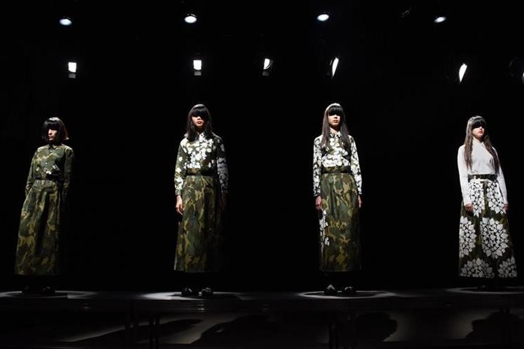 Parte de la colección otoño-invierno 2016 del diseñador Tsukasa Mikami, durante la Semana de la Moda de Tokio. (Foto Prensa Libre, AFP)