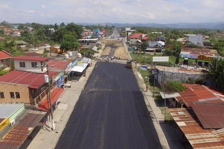 La calzada Justo Rufino Barrios se amplía a cuatro carriles, como parte del nuevo periférico de Puerto Barrios. (Foto Prensa Libre: Dony Stewart)