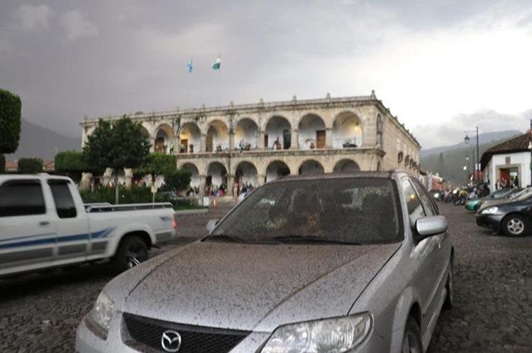 La ciudad de Antigua Guatemala se ha visto afectada por la actividad del volcán, vehículos y viviendas tienen una capa de ceniza volcánica.