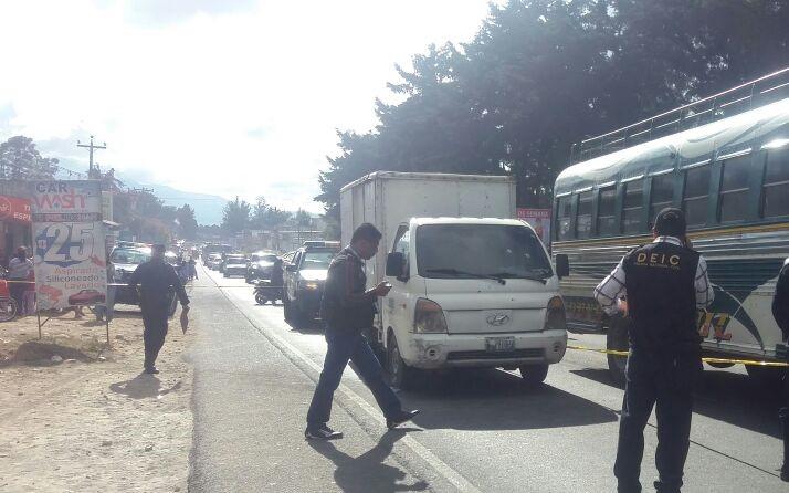 Automotor que fue atacado a balazos en la ruta Interamericana, Chimaltenango. (Foto Prensa Libre: Víctor Chamalé).