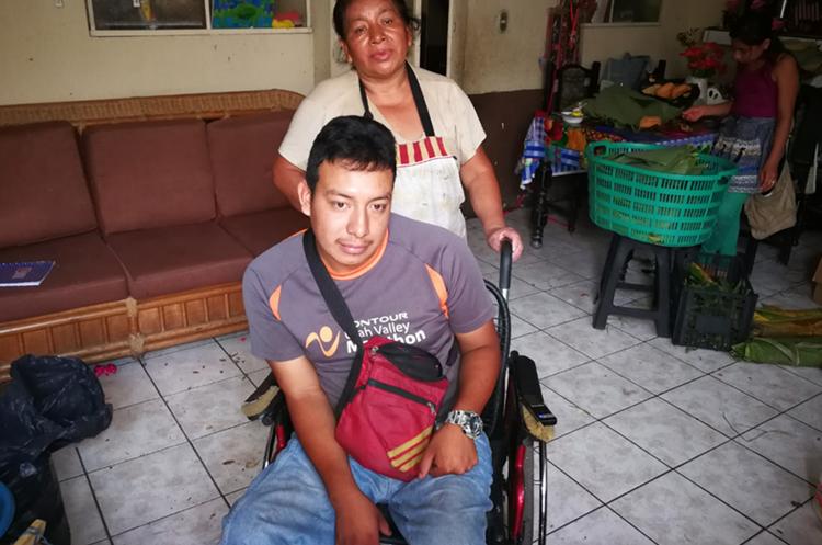 Alex Guzmán ha recibido el apoyo de su madre, María Xiá, para salir adelante. (Foto Prensa Libre: Óscar García).
