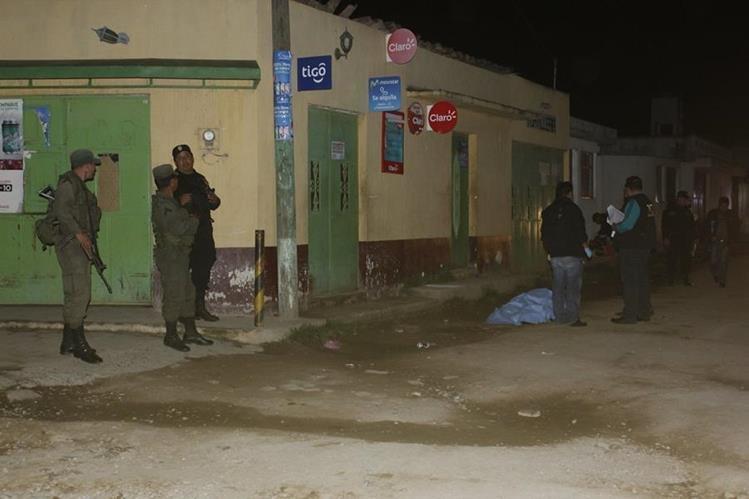Agentes de la PNC resguardan el área donde un hombre murió baleado, en Zaragoza, Chimaltenango. (Foto Prensa Libre: Víctor Chamalé)