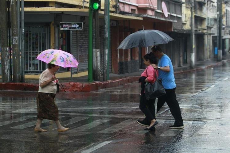 La lluvia sorprendió a guatemaltecos en el Centro Histórico. (Foto Prensa Libre: Hemeroteca PL)