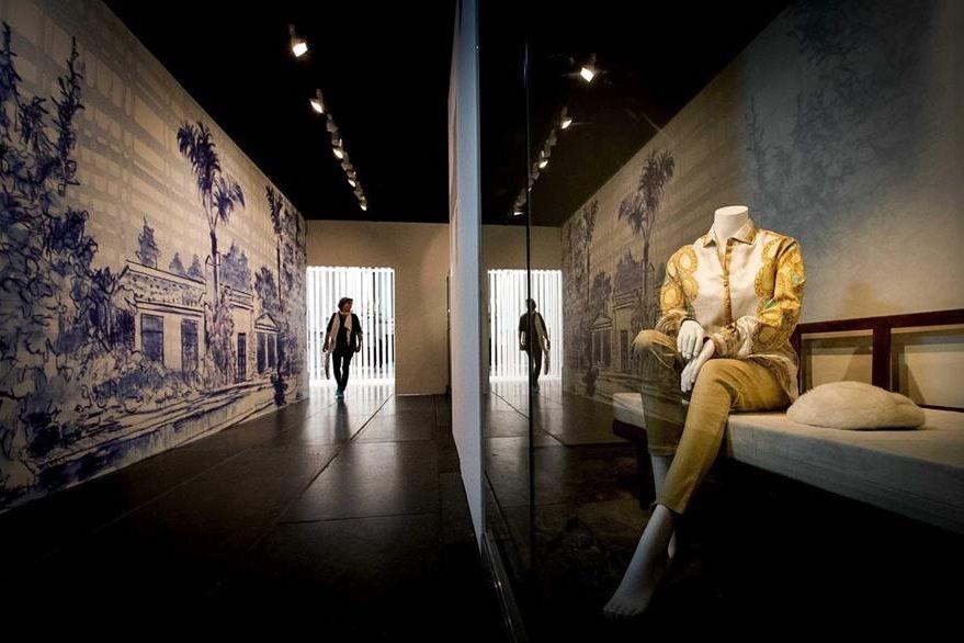Una mujer observa objetos personales de la difunta actriz estadounidense Marilyn Monroe. (Foto Prensa Libre: EFE)
