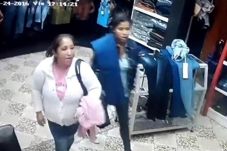 Dos de las mujeres captadas en video cuando roban en una tienda en Xela. (Foto Prensa Libre: María José Longo)