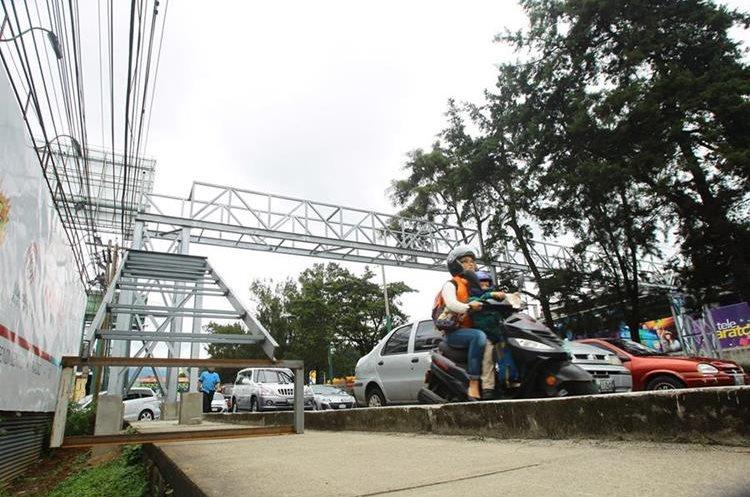 Estructura es instalada por la empresa GPO Vallas   y cuenta con autorización del Concejo de Mixco. (Foto Prensa Libre: Álvaro Interiano)