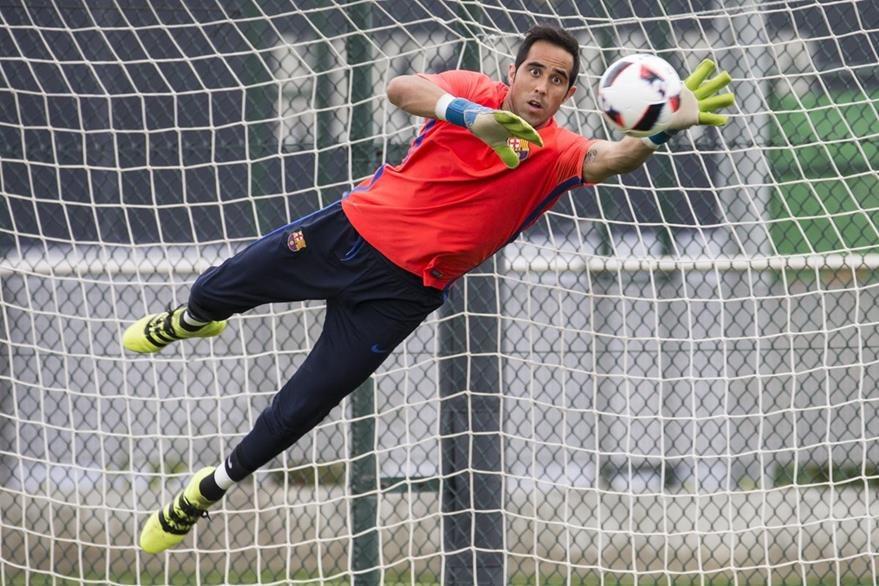 Claudio Bravo salió con polémica del Barcelona hacia el Manchester City de Pep Guardiola. (Foto Prensa Libre: EFE)