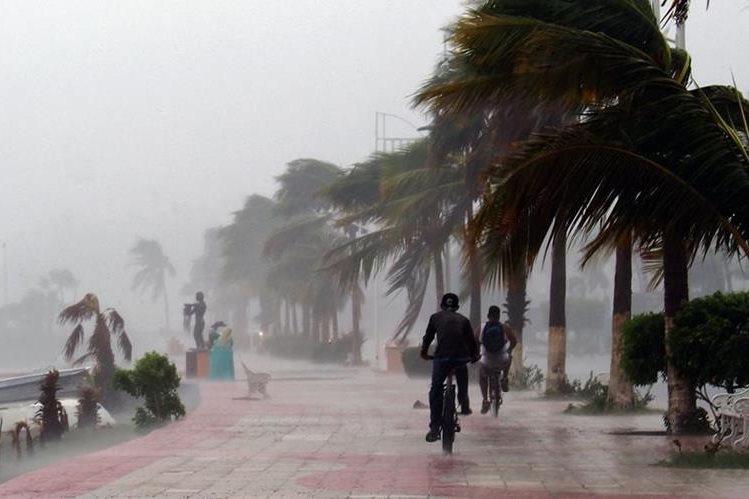 Zona turística de México es golpeada por el huracán Newton. (Foto Prensa Libre: AFP).