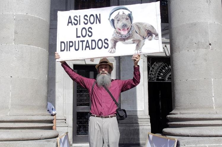 El Caminante se colocó frente a la Municipalidad de Xela para invitar a la población a participar en la manifestación. (Foto Prensa Libre: María Longo)