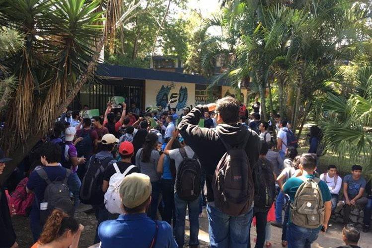Estudiantes frente a la sede de la AEU para desconocer a la Comisión Transitoria que la dirige. (Foto Prensa Libre: Hemeroteca PL)