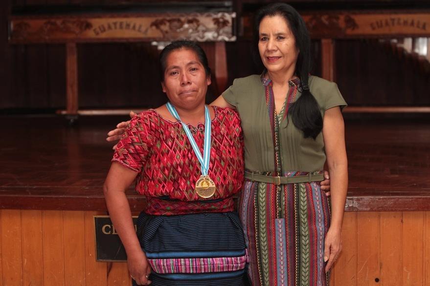 En teatro fue condecorada María Telón, actriz de la película Ixcanul, de Jayro Bustamante. Con ella Marina de Bustamante. (Foto Prensa Libre: Edwin Castro)