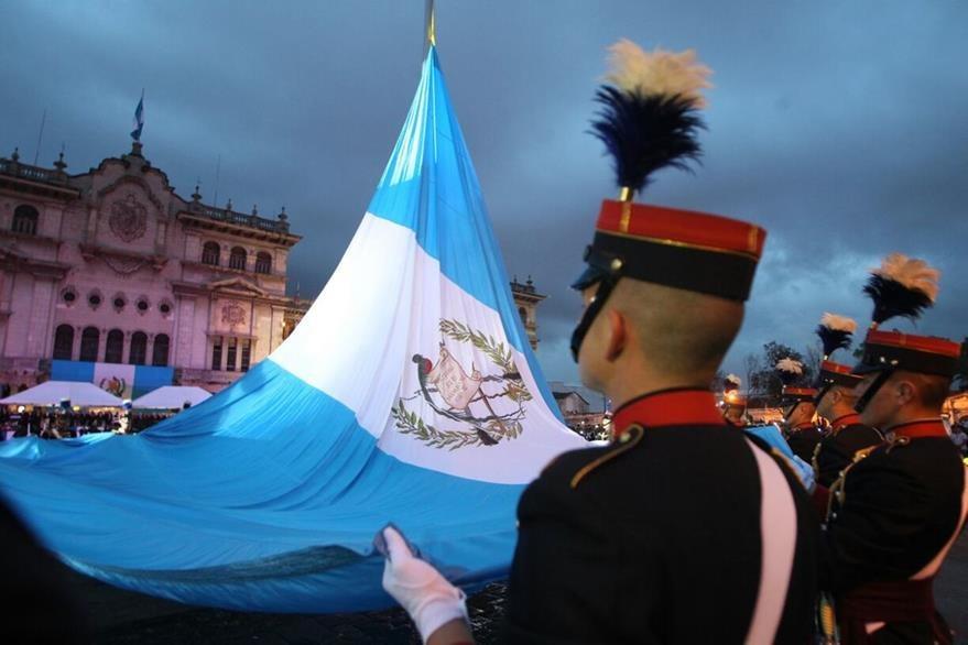 Cadetes izan el Pabellón Nacional con motivo de los festejos oficiales del 15 de septiembre. (Foto Prensa Libre: Óscar Rivas)