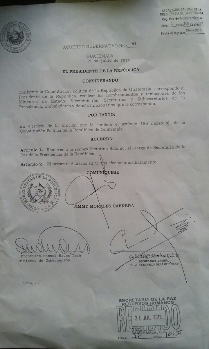 Acuerdo gubernativo de destitución de Victorina Salanic por parte del Presidente, Jimmy Morales. (Foto Prensa Libre: Sepaz)