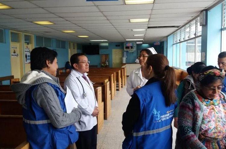 Pacientes hacen filas para conocer la nueva fecha de su cita luego de no ser atendidos. (Foto Prensa Libre: María José Longo)