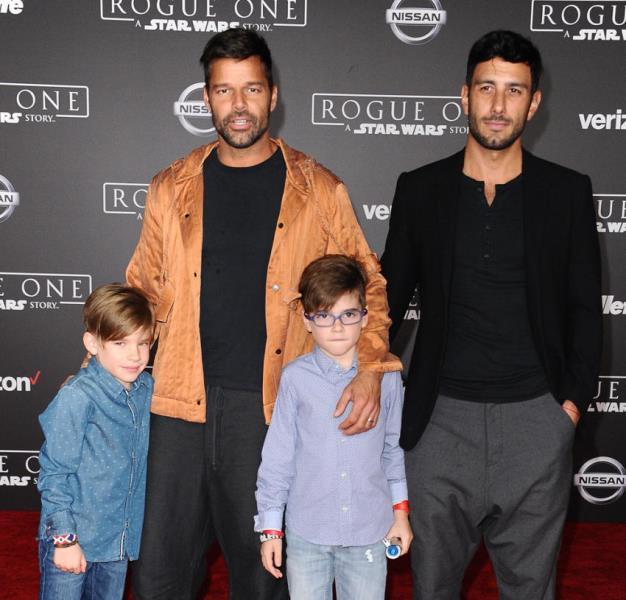 Ricky Martin y Jwan Yosef, en compañía de los niños Valentino y Matteo. (Foto Prensa Libre: www.hola.com)