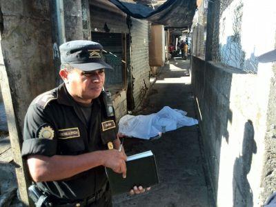 El cuerpo de la mujer fue localizado en el mercado de la colonia El Amparo zona 7 capitalina. (Foto Prensa Libre)