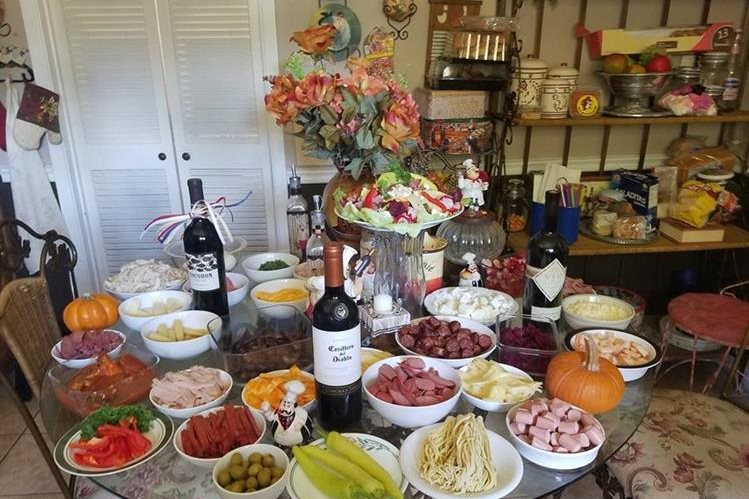 Mesa festiva en la que el protagonista es el fiambre, preparado por Andrea Samayoa, en Houston, Texas.
