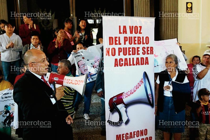 """El diputado Luis Chávez, de Líder, intervenía varias veces en las sesiones del Legislativo con su """"megáfono fiscalizador"""". Aquí, con vecinos de la zona 7 en octubre 2014. (Foto: Hemeroteca PL)"""