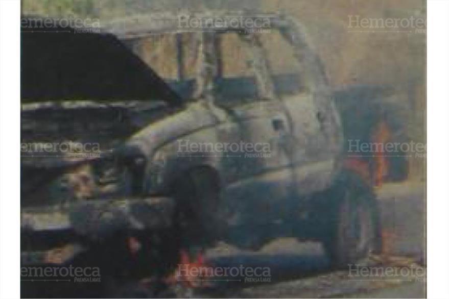 Un vehículo de la PNC fue incendiado en los hechos del 12/1/2005. ( Foto: Hemeroteca PL)