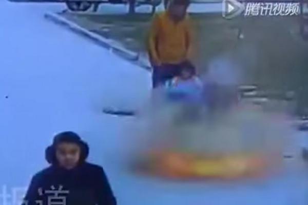 Un niño sale expulsado por luego de encender un fuego pirotécnico dentro de una alcantarilla. (Foto Prensa Libre: YouTube)