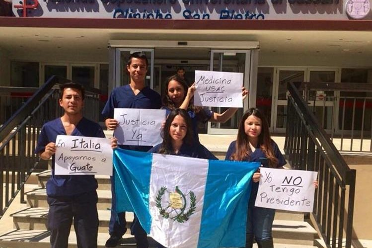 Guatemaltecos desde Italia muestran su apoyo a las manifesteaciones pacíficas. (Foto: Facebook, Maria Isabel Valdéz).
