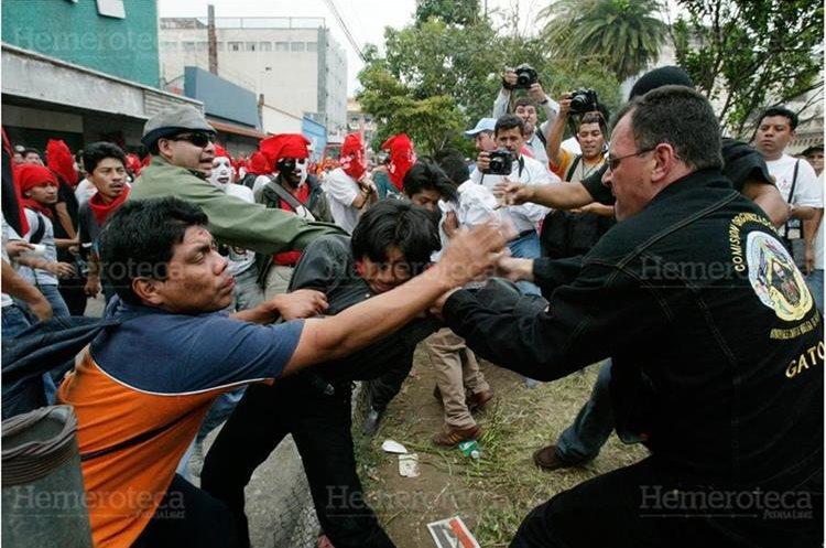 El dirigente de la AEU Byron Losley se enfrenta a los estudiantes de Derecho, frente al Palacio de la PNC, el 3/4/2004. (Foto: Hemeroteca PL)