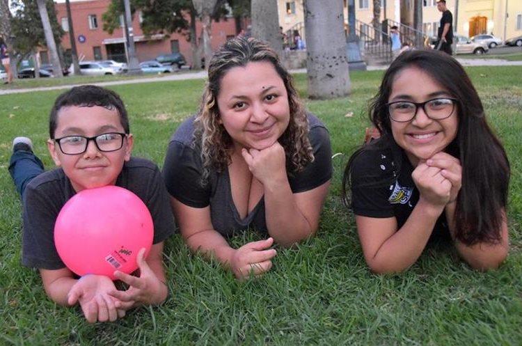 José y Arleth Pocop viven ahora con su madre en California. (Foto Prensa Libre: EFE)