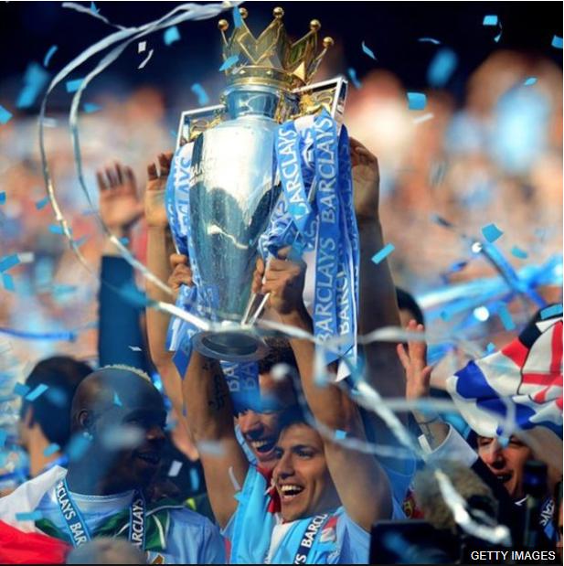 El argentino Sergio Agüero con el trofeo de la Liga Premier. (Foto Prensa Libre: BBC News Mundo)