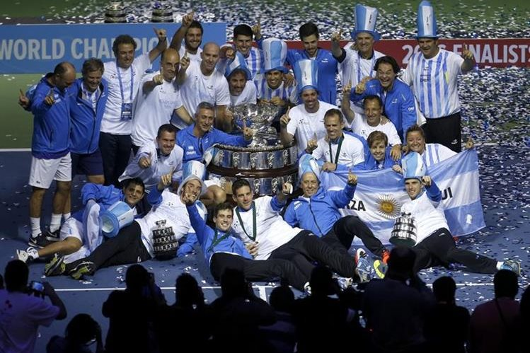 Juan Martín Del Potro festeja junto a sus compañeros el triunfo de Argentina en la Copa Davis. (Foto Prensa Libre: AP)