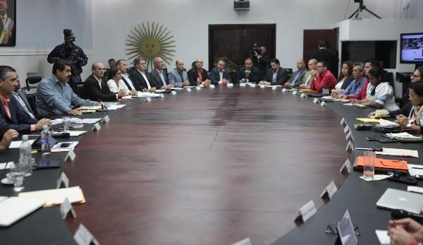 Nicolás Maduro (i) participa en una reunión con su Gabinete de Gobierno en el Palacio Presidencial. (Foto prensa Libre:EFE).