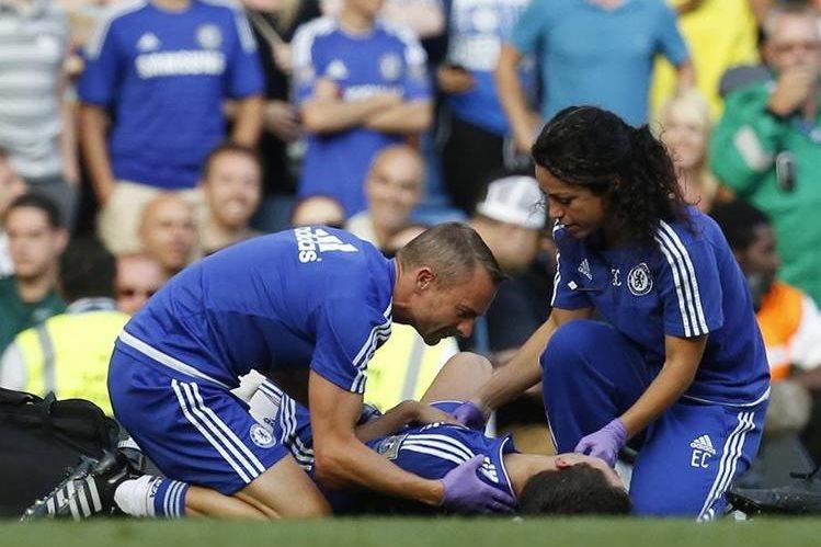 Eva Carneiro y Jon Fearn mientras atendian a Eden Hazard en el partido del sábado recién pasado. (Foto Prensa Libre: AFP)