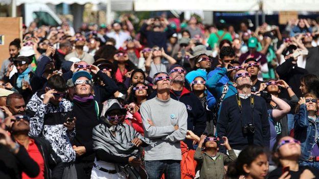 Las gafas para ver el eclipse pueden usarse como filtro para los celulares. RICHARD BOUHET