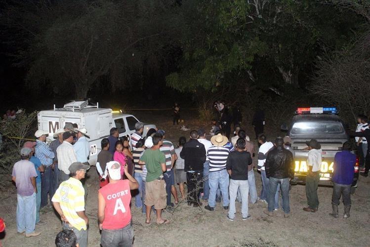 Autoridades inspeccionan el lugar en donde fueron masacrados cuatro integrantes de una familia. (Foto Prensa Libre: Hugo Oliva)