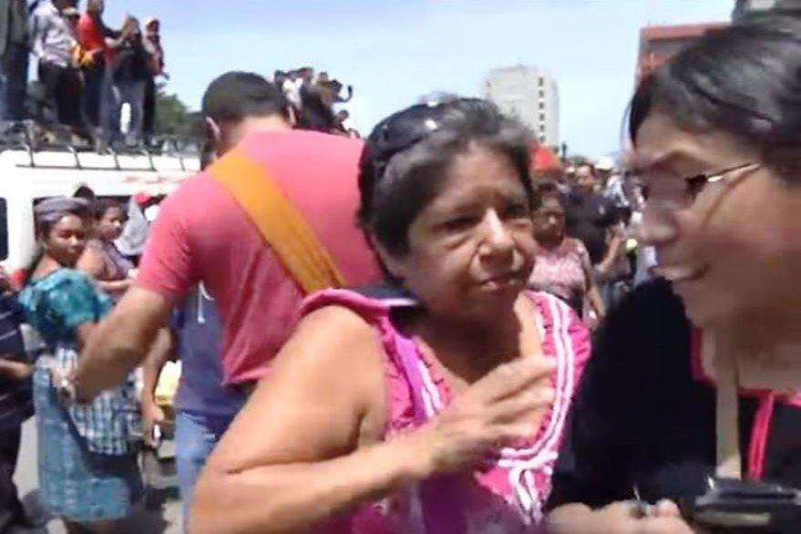 Momento en que la maestra agrede a la periodista del Noticiero Guatevisión. (Foto Prensa Libre: Youtube)