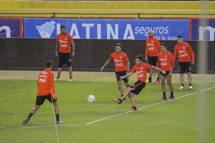 La selección de Chile durante el entrenamiento en Guayaquil. (Foto Prensa Libre: EFE)
