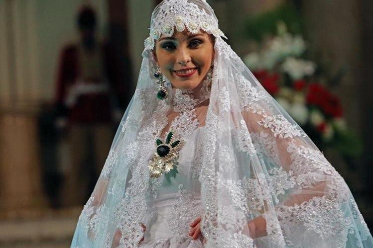 La Miss Bolivia Universo 2016, Antonella Moscatelli luce un vestido inspirado en las novias de antaño de la diseñadora boliviana Eliana Paco Paredes. (Foto Prensa Libre: EFE).