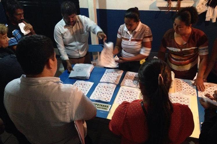 Conteo de votos en la Villa Deportiva, en Salamá, Baja Verapaz. (Foto Prensa Libre: Carlos Grave)