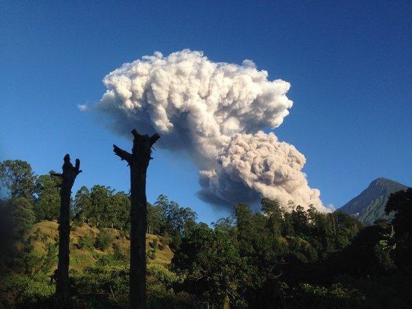 Volcán Santiaguito es captado por teléfonos móviles de usuarios de Twitter.