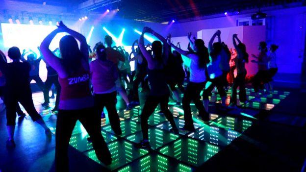 Hay empresas en diferentes lugares del mundo que permiten crear pistas de baile que se alumbran con las pisadas. (Foto Prensa Libre: Energy Floor)