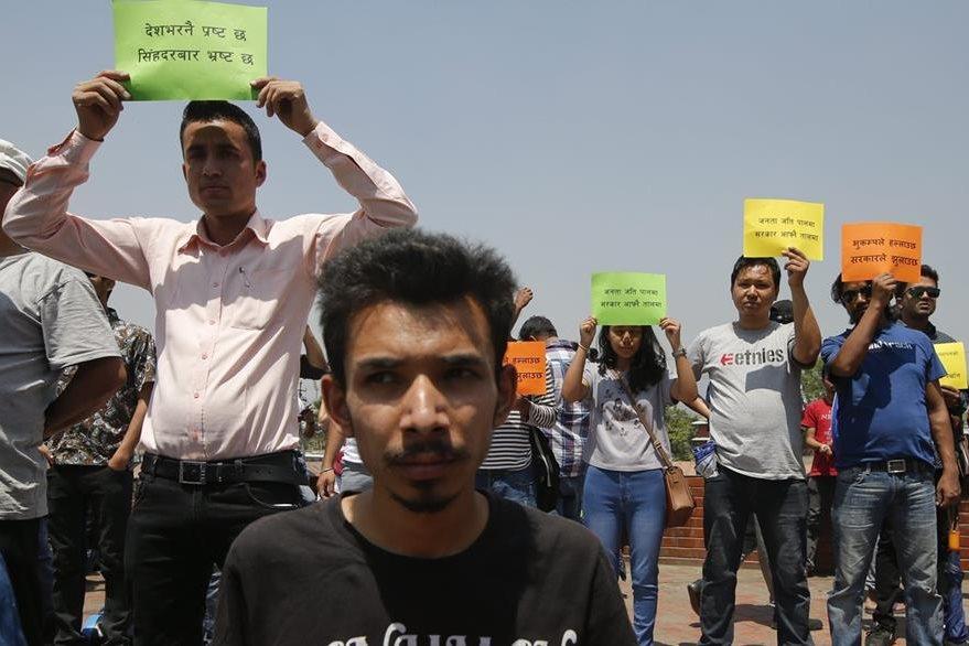 Nepalíes protestan por la falta de ayuda del Gobierno para recostruir sus casas. (EFE)
