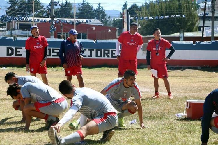 El entrenador costarricense Ronald Gómez abandonó el proyecto de Malacateco para hacerse cargo de Xelajú. (Foto Prensa Libre: Carlos Ventura).