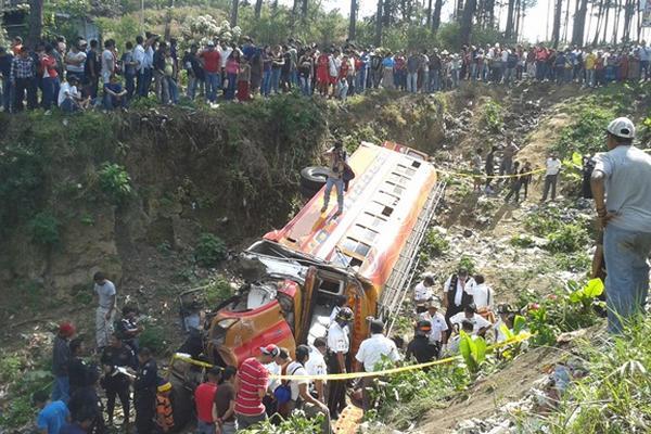 """<p>Curiosos observan el bus de Transportes Carrillo que se accidentó en Chimaltenango. (Foto Prensa Libre: Víctor Chamalé)<br _mce_bogus=""""1""""></p>"""