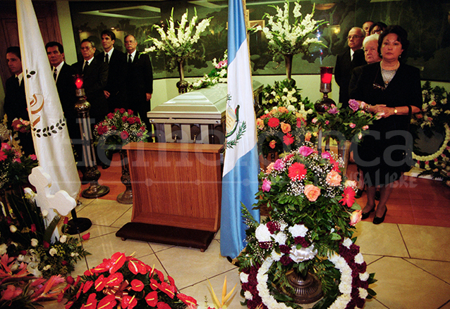 Velatorio de don Pedro Julio García el 14 de diciembre de 2001, hacen guardia miembros del Consejo de Administración de Prensa Libre. (Foto: Hemeroteca PL)